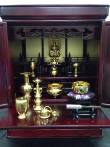 (中央)純金製釈迦如来坐像(100g) ¥1,814,400(税込) (右)18金製おりん2.3寸槌目(180g) ¥2,332,800(税込) *仏壇のお取り扱いはございません。