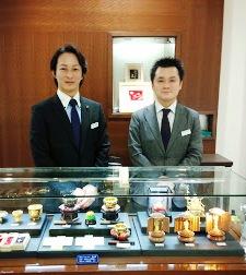 金製品コーナー (左)平松チーフと(右)遠藤サブチーフ