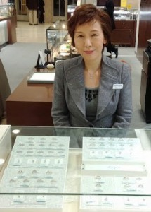 ジュエリーリフォームコーナーのデザイナー 山口先生 略歴 大阪芸大 卒 「長年にわたる宝飾品制作・販売の経験を生かして、お客様のご希望に沿ったアドバイスをいたします」