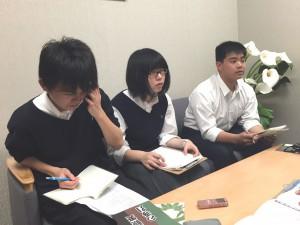 写真 岩倉高校生から質問が次々だされる