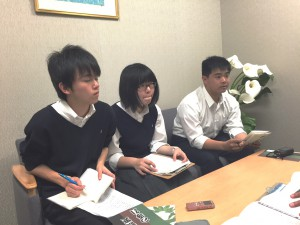 写真 取材をする岩倉高校放送部の様子