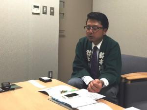 写真 わかりやすくお答えいただく鈴木さん