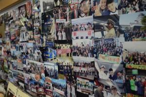 駅長室の壁面には、数々のスナップが
