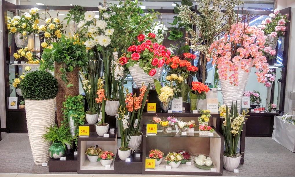 エミリオロバ セールコーナー(一部除外あり)はまるで温室にいるかのような豪華さ・・・ 中央の大瓶のバラは特価90,720円(税込)なんと30輪以上の豪華さ。