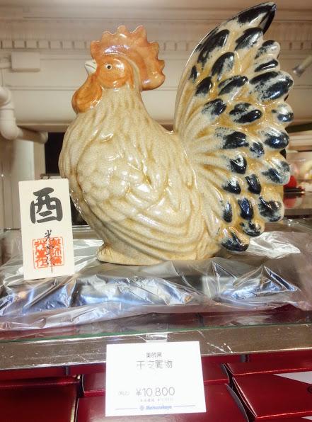 高さが20センチ以上ある立派な「酉」の干支置物 税込10,800円。メーカーの薬師窯(やくしがま)は、1000年以上の歴史あるやきものの街、愛知県瀬戸市の陶磁工房 中外陶園の窯名です。さすがに立派!