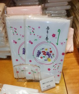 刺繍フェイスタオル 税込648円。刺繍の酉がかわいらしい。