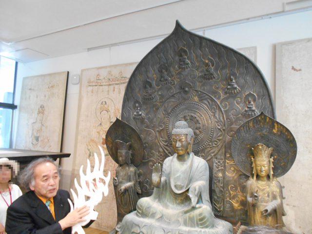 法隆寺釈迦三尊像の復元について説明する宮廻教授