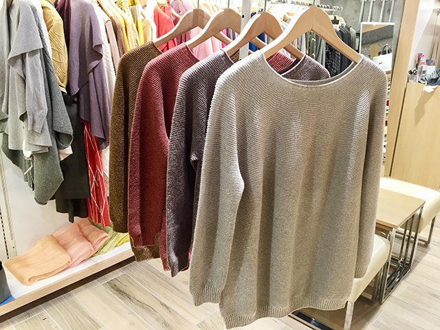 こちらはMAITOでは定番のホールガーメント製法で作られたセーター。ゆったりとしていますが緩やかに身体に沿うので、ダボつかずにシルエットが美しいのがポイント。また、ウール50%、綿50%の素材は通気性がよく、厚着しても蒸れにくいのでとても快適です。